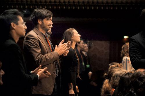 Die große Preisverleihung bei First Steps. Sebastian und Simon applaudieren für irgendwas. Wahrscheinlich für die Eröffnung des Buffets.